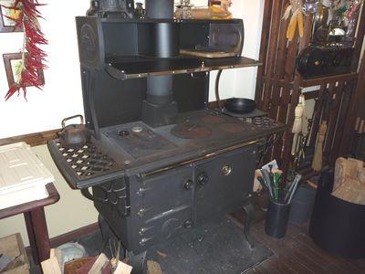 この時期でも焚かれていた、あるショップのキッチンストーブ